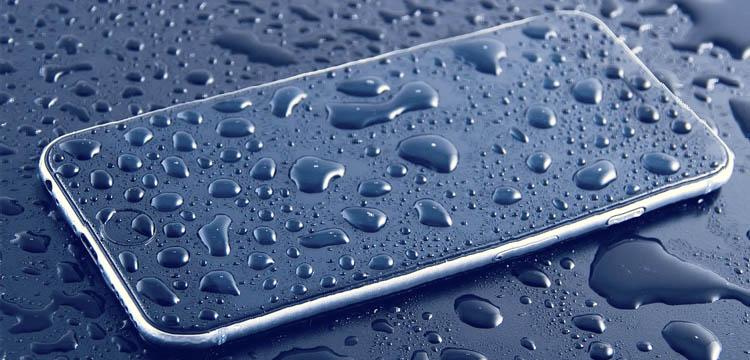 movil mojado cubierto de gotas de agua: Mejores móviles rugerizados resistentes al agua y todoterreno