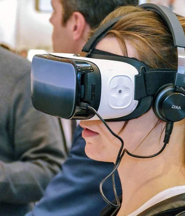 Wearables: gafas de visión 3D con auriculares. Ocio tecnológico.