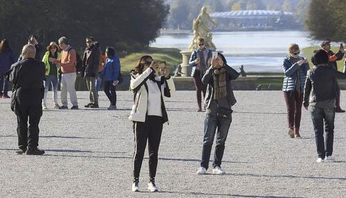 Versalles, gente tomando fotografías. Cómo encontrar los mejores chollos en móviles en Black Friday