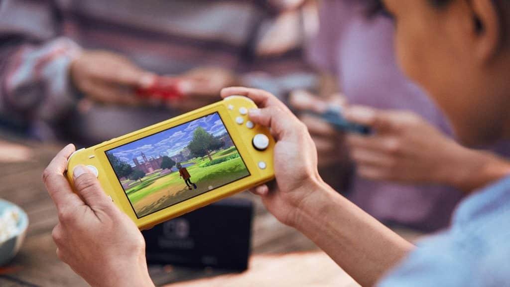 jugando a Nintendo Switch lite amarilla. Nintendo Switch y Switch Lite: ¿Cuáles son las diferencias?