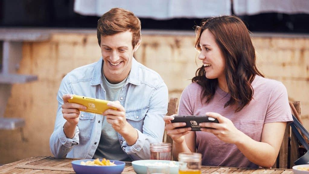 Adolescences y jóvenes adultos con Nintendo Switch jugando.Nintendo Switch y Switch Lite: ¿Cuáles son las diferencias?